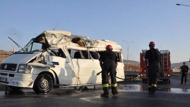 Sivas'ta Nişana Giden Aile Kaza Yaptı: 3 Ölü, 14 Yaralı